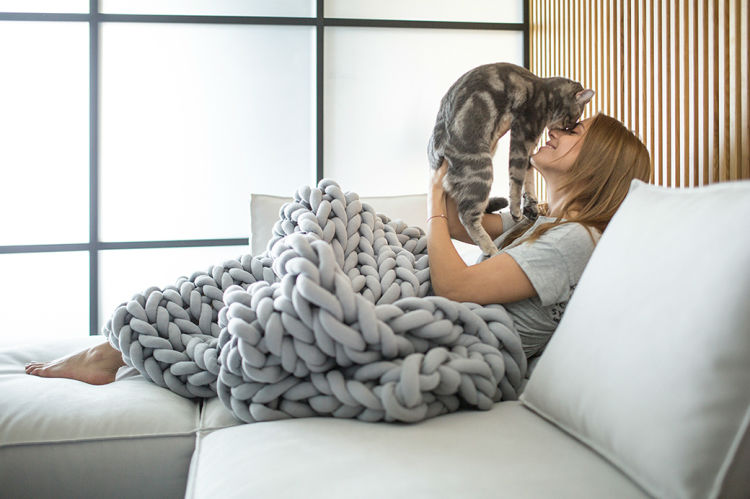 Giant, Warm and Cozy Knit Blankets Made Without Knitting Needles