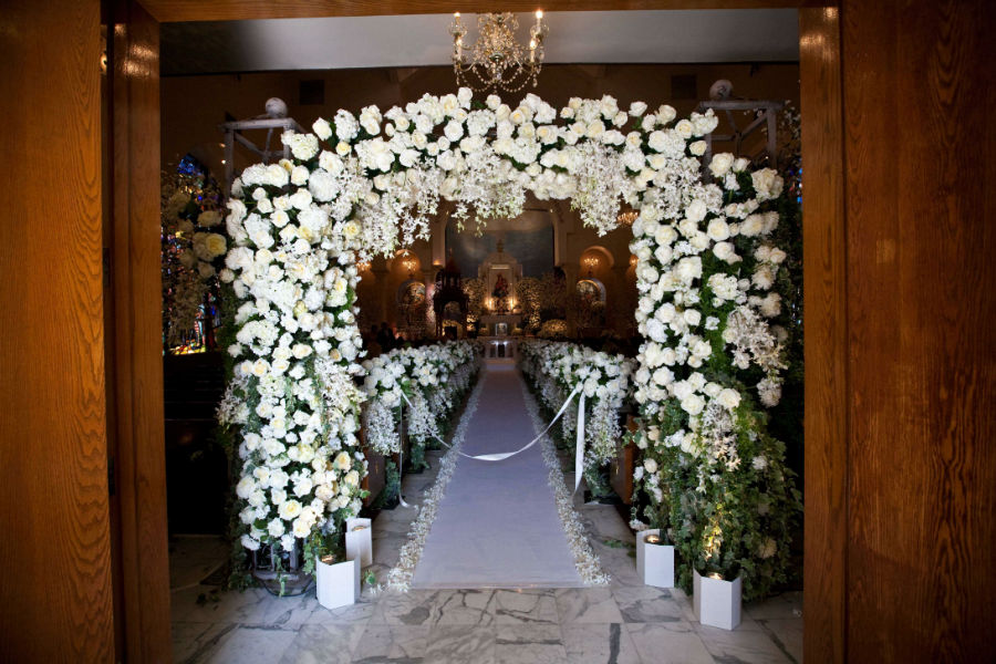 21 Elegant Flower Petal Aisle Runners for Your Wedding