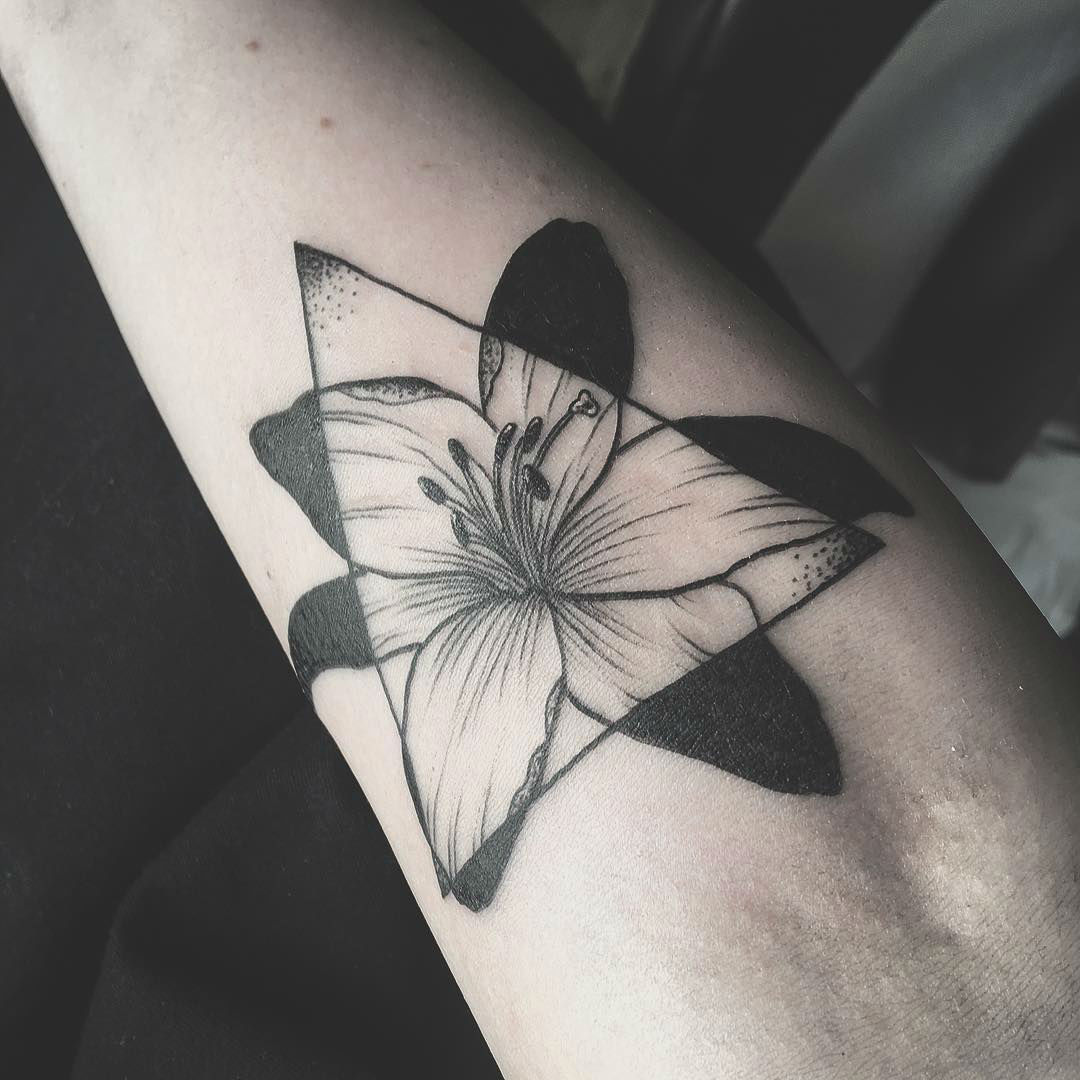 24 Symbolic Lily Tattoo Ideas